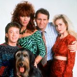 Eine schrecklich nette Familie  Von 1987 bis 1997 standen David Faustino als Bud Bundy, Katey Sagal als Peggy Bundy, Ed O'Neill als Al Bundy und Christina Applegate als Kelly Bundy (mit Familienhund Buck) vor der Kamera.