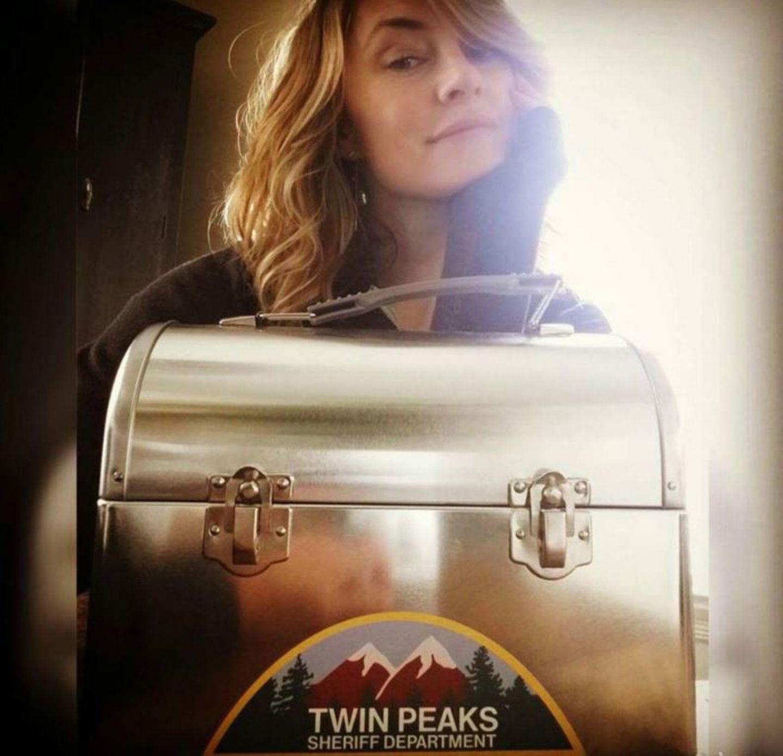Twin Peaks  2017 soll es ein Revival der Mystery-Horror-Serie geben. Mädchen Amick packt bereits ihre Lunchbox für einen langen Drehtag am Set.
