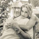 Eine schrecklich nette Familie  Liebevoll legt Christina Applegate ihre Arme um ihren Serienvater Ed O'Neill.