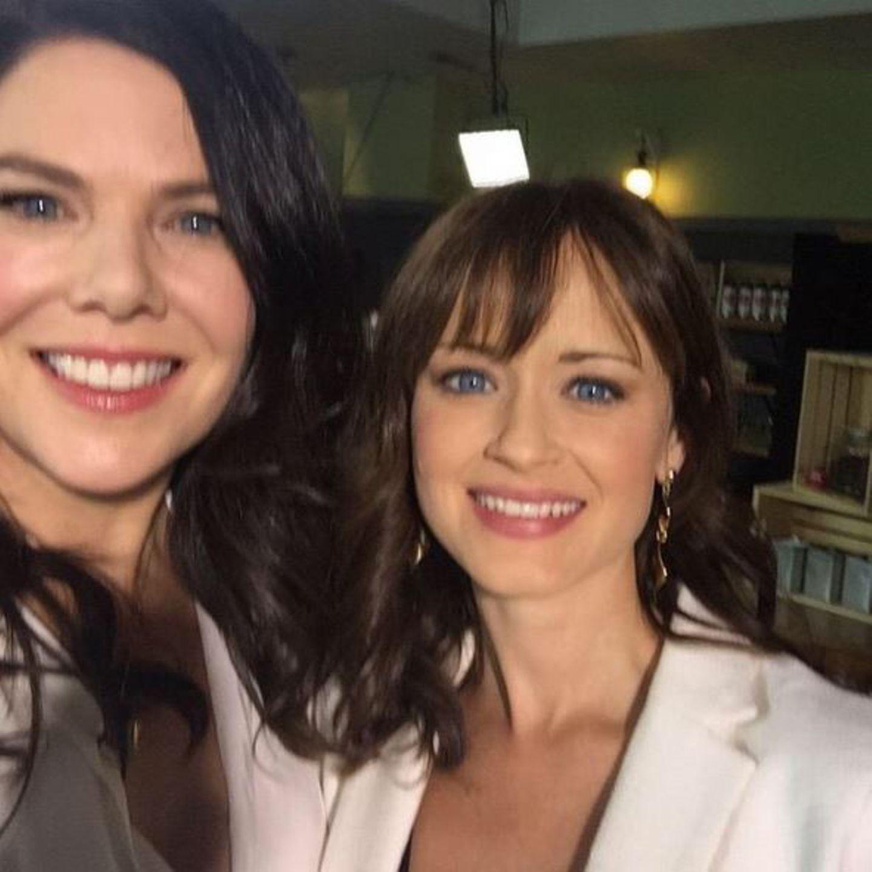 Gilmore Girls  Sie sind zurück und tausende Fanherzen schlagen höher! Nach neun Jahren Serienpause strahlen Lauren Graham und Alexis Bledel wieder gemeinsam in die Kamera.