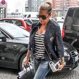 All over Labeling! Sylvie trägt einen Blazer von Chanel mit passender Traumtasche, eine Birkin Bag von Hermès für ihre Unterlagen und heiße Valentino High Heels.