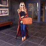 Ein perfektes Outfit mit Longcoat und Birkin Bag präsentiert uns Designerin Sylvie Meis hier.