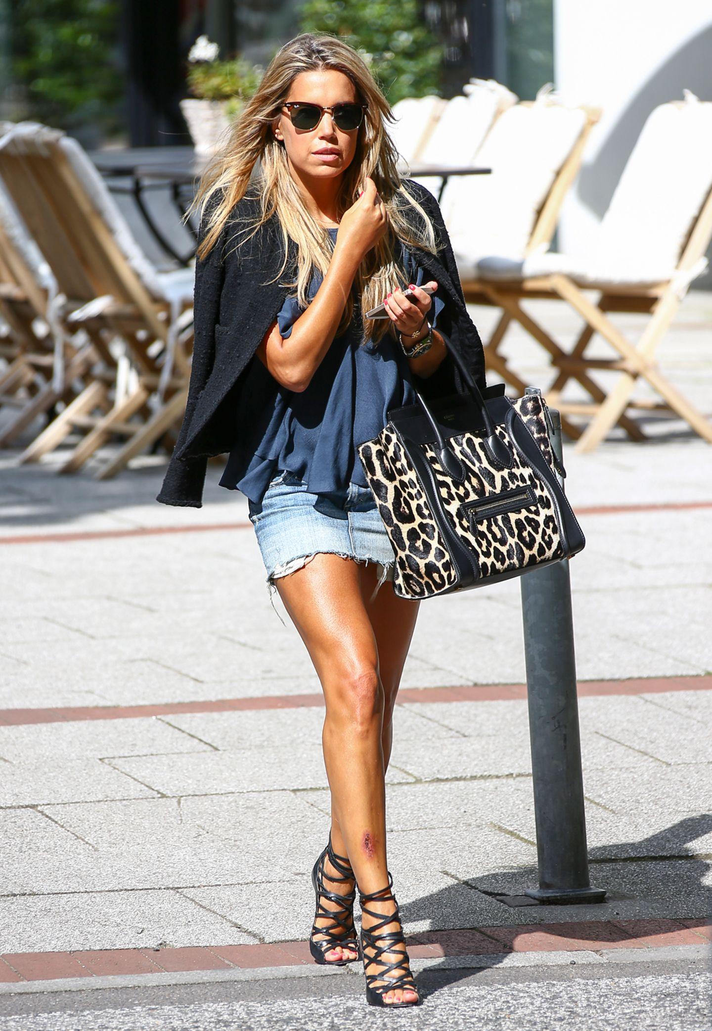 Leo geht einfach immer! So wertet Sylvie hier einen coolen Casual Look mit einer Céline-Tasche im Leolook gekonnt auf. Kostenpunkt: um dien 3.000 Euro.
