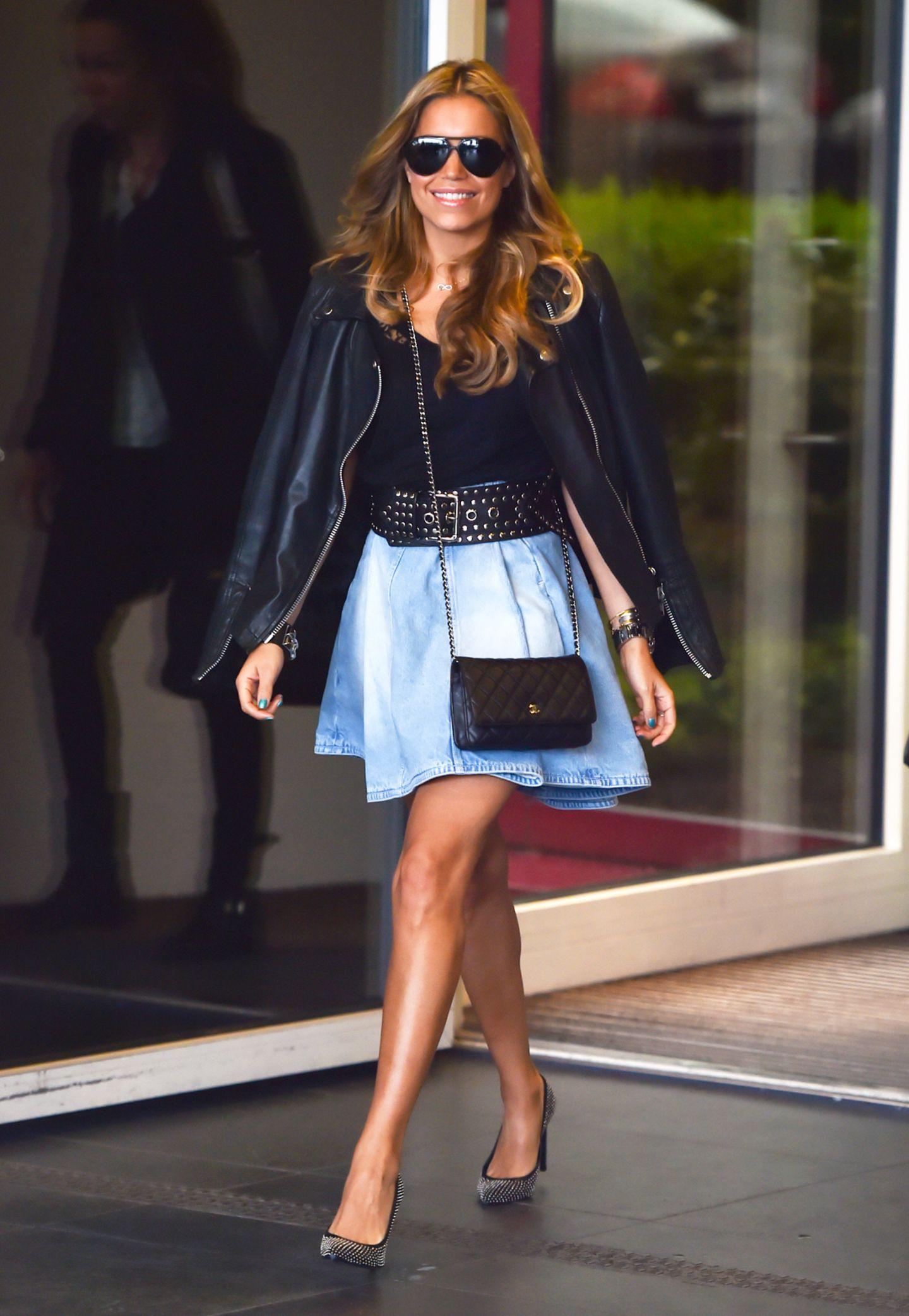 Ein echter Wow-Look mit schwingendem Jeans-Mini und Chanel-Klassiker (um die 1.500 Euro).