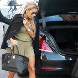 Auch die Birkin-Bag von Hermès zählt zur persönlichen Handtaschen-Sammlung von Sylvie Meis. Zu einem olivfarbenen Jumspuit kombiniet die Moderatorin Trendschuhe von Isabel Marant.
