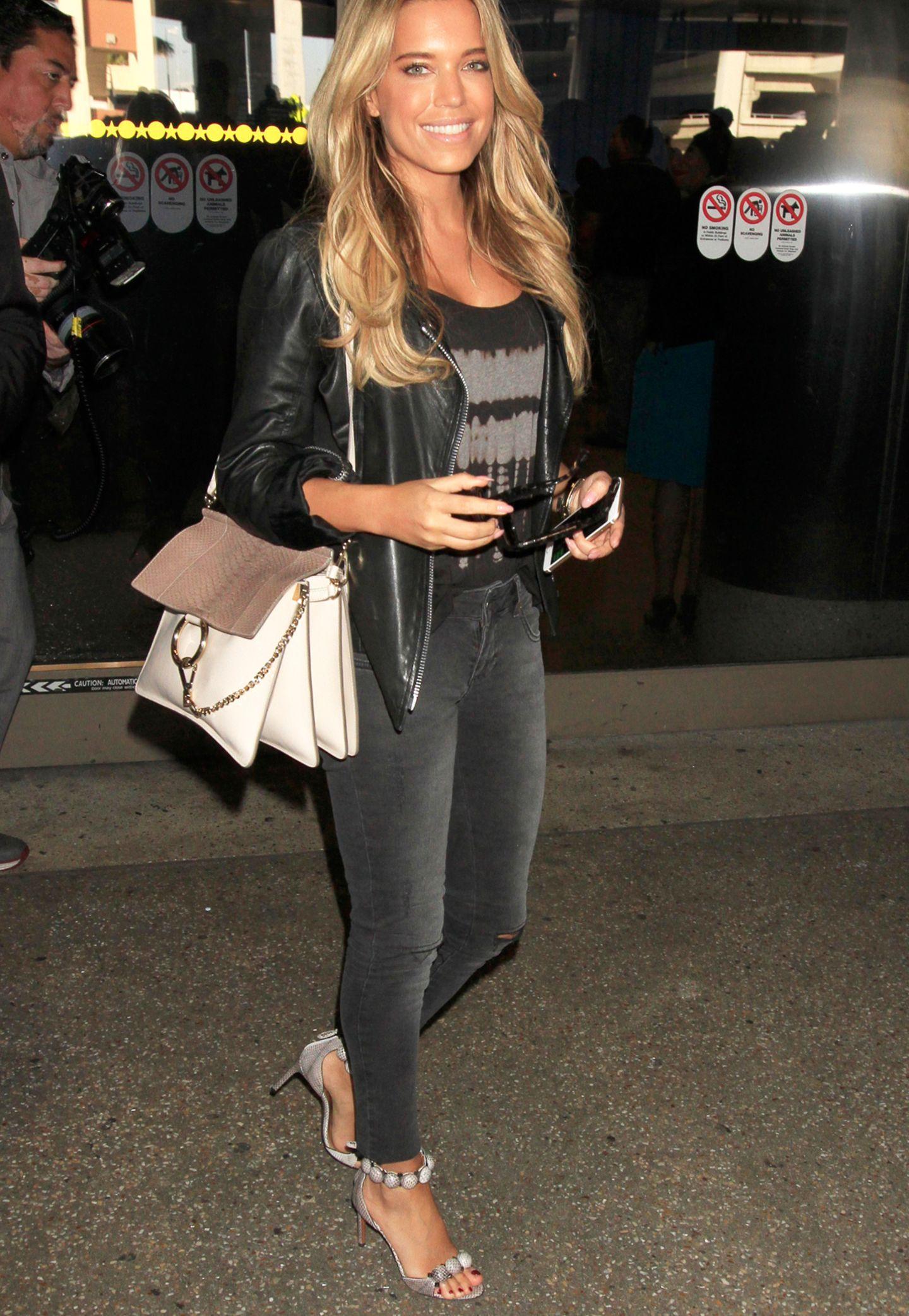 Strahlend schön landet Sylvie Meis am Flughafen in Los Angeles. Um ihre Schulter eine Tasche von Chloé Faye, Wert um die 1.790 Euro.