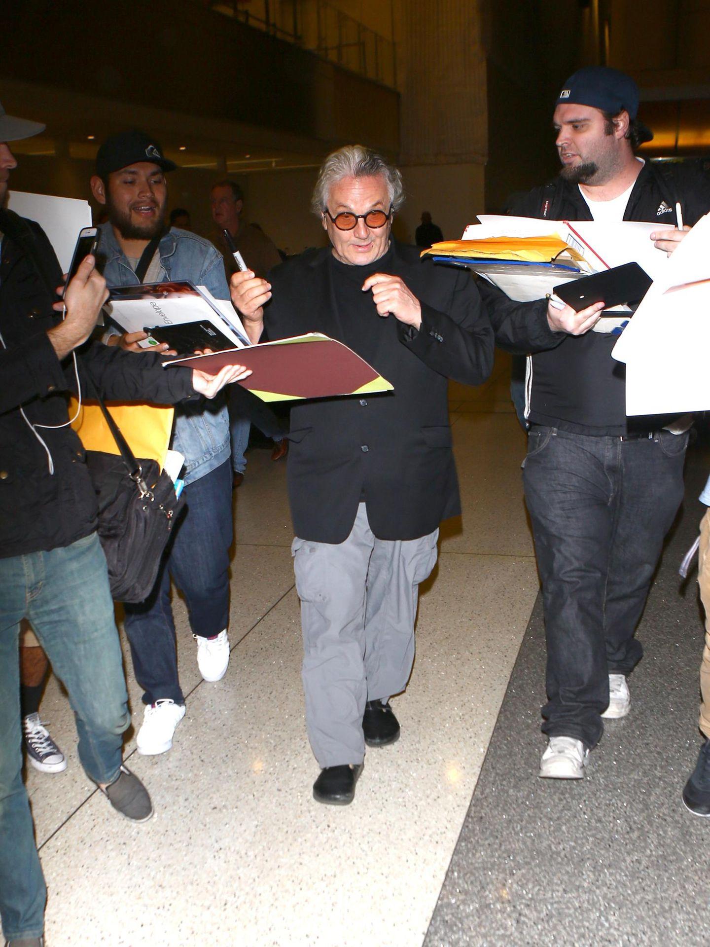 """""""Mad Max: Fury Road""""-Regisseur George Miller tritt mit sechs Oscars im Gepäck die Heimreise an. Vorher gibt er seinen Fans am Flughafen von Los Angeles noch Autogramme."""