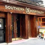 """Southern Hospitality  """"Southern Hospitality"""" ist New Yorks bester BBQ-Laden und bietet Memphis-Style-BBQ, Drinks und eine großartige Atmosphäre"""", heißt es auf der Homepage des Restaurants. Bei einer Inspektion der Gesundheitsbehörde hat Justin Timberlakes Restaurant nicht ganz so gut abgeschnitten"""