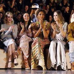 Die Frontrow bei H&M: (v.l.) Kate Mara, Emma Roberts, Atlanta De Cadenet Taylor, Ciara, Siku Waterhouse und Gabriel-Kane Day-Lewis