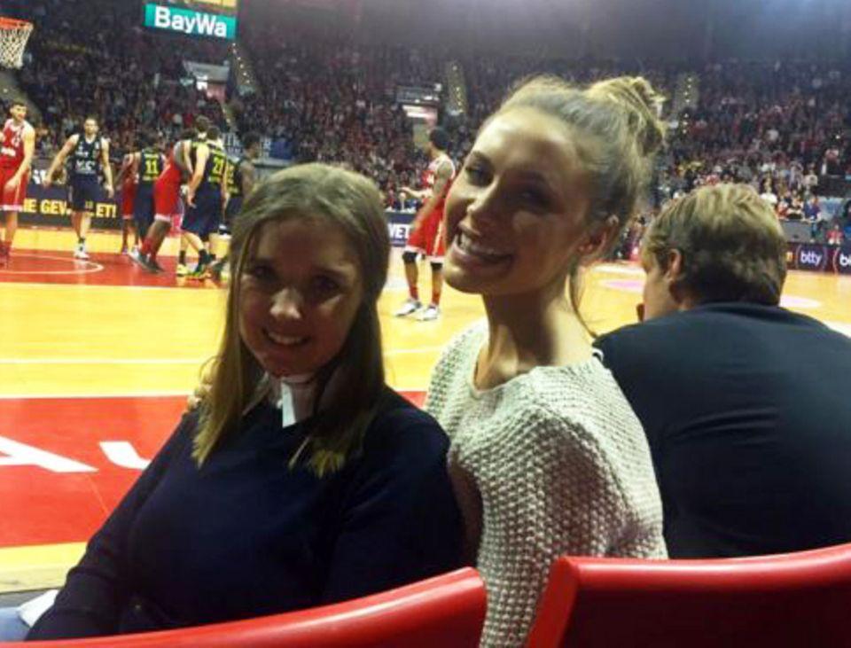 Erwischt! Schon lange wird gemunkelt, dass Alena Gerber Fußballer Clemens Fritz daten soll. Nun zeigten sie sich erstmals beim Basketball in München zusammen in der Öffentlichkeit.