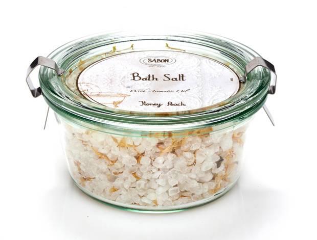 """Ein Bad zu nehmen kann unheimlich entspannend sein. Das Badesalz """"Bath Salt Honey Peach"""" sorgt für Urlaubsstimmung. Von Sabon, um 15 Euro."""