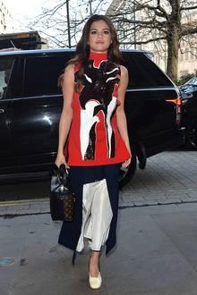 """Die Farben des britischen """"Union Jacks"""" hat Selena in diesem aufsehenerregenden Outfit aufgegriffen als sie in einer Londoner Show auftritt."""