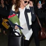 Süße Kombination aus Kuschelpelz und sportlichem Jäckchen, womit Selena Gomez ihren Reiselook pimpt - hier umringt von Fans am Bahnsteig in London.