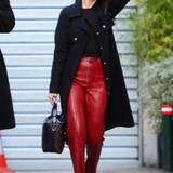 Mit diesem sexy Look in Schwarz und Rot macht Selena Gomez Paris unsicher.