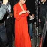 """Lady in Red: mit diesem wunderschönen Abendkleid betritt Selena Gomez den Club """"L'Arc"""" in Paris. Die Hochsteckfrisur komplettiert den eleganten Look."""