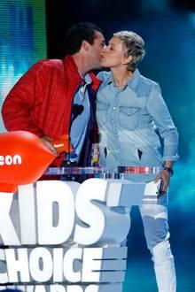 """Adam Sandler nimmt den Award für den besten animierten Film von Ellen DeGeneres entgegen. Der Schauspieler leiht im US-Original von """"Hotel Transsilvanien 2"""" """"Dracula"""" seine Stimme."""