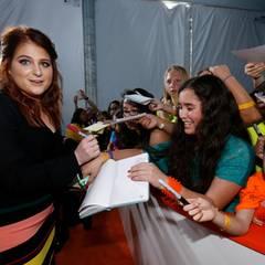 Sängerin Meghan Trainor macht den Fans eine Freude.