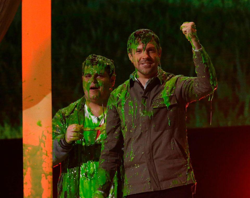 Jason Sudeikis und Josh Gad freuen sich über den Schleim.