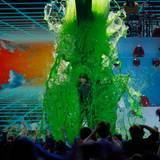 Auch Moderator Blake Shelton wird nicht vom grünen Schleim verschont.