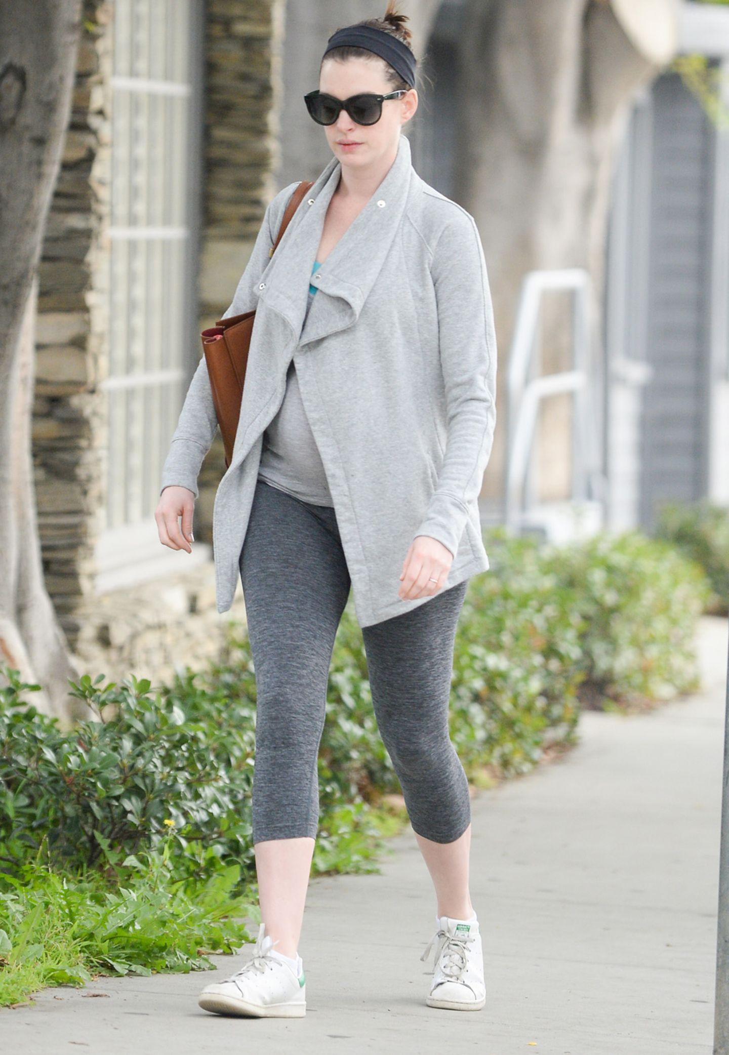 Anne Hathaway im Lässig-Look auf dem Weg zum Sport. Auch in der Schwangerschaft will sie fit bleiben.