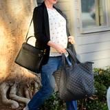 Zum Shoppen in Santa Monica trägt Anne eine lässige Edel-Kombi aus Jeans und Blazer.