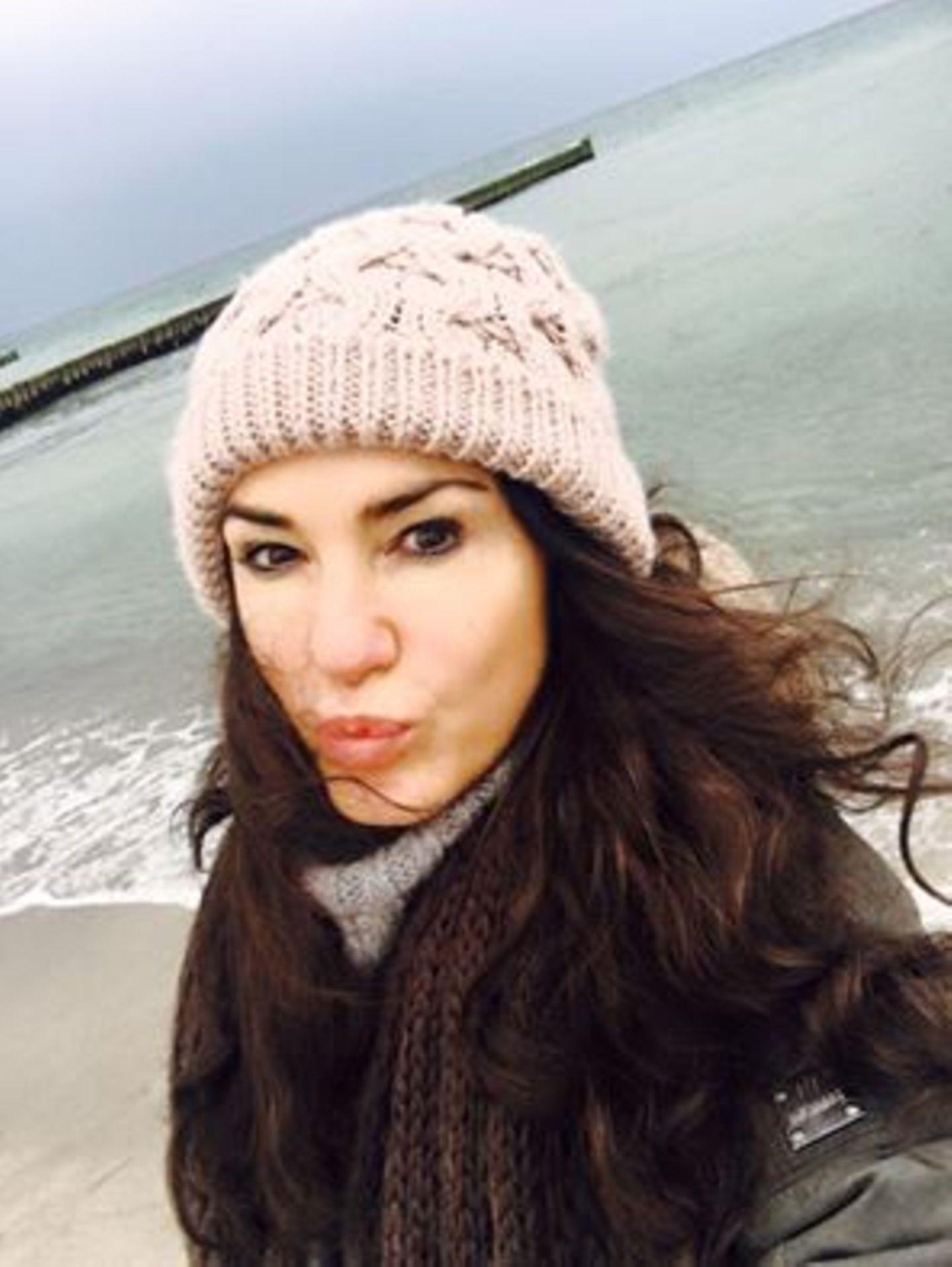 Mariella Ahrens lässt sich an der Ostseee den Wind um die Nase wehen. Sie verbringt Ostern in Ahrenshoop.