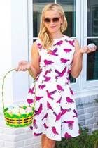 """""""Ratet mal, wer all die Eier gefunden hat?!"""" Reese Witherspoons Ausbeute kann sich sehen lassen - ebenso wie ihr frühlingsfrisches Kleid."""