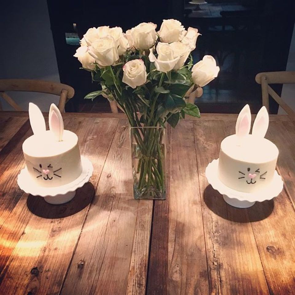 Emma Roberts dekoriert ihren Esstisch mit selbst gemachten Kerzen.