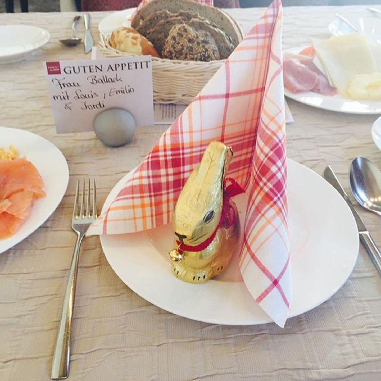 Simone Ballack genießt ein leckeres Osterfrühstück.