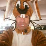 Im Hasenkostüm aus dem Parkhaus schickt Kai Pflaume Ostergrüße an seine Fans.