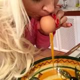Daniela Katzenberger pustet Eier aus.