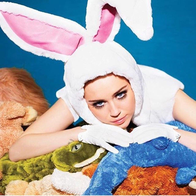 Miley Cyrus schmust als Bunny verkleidet mit ihren Kuscheltieren.