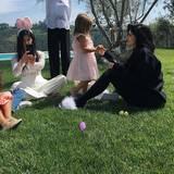 Kylie Jenner verbringt den Ostersonntag entspannt im Garten mit ihrer Schwester Kourtney und den Kindern.