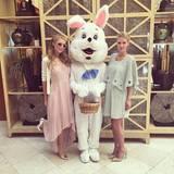 Anschließend posiert sie mit ihrer Schwester Nicky neben einem großen Osterhasen.