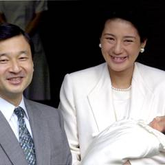 Kronprinz Naruhito und Kronprinzessin Masako präsentieren ihre Tochter Aiko.