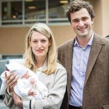 Prinz Amedeo und seine Frau Lili präsentieren ihre neugeborene Tochter Anna Astrid, die am 17. Mai in Brüssel auf die Welt gekommen ist, zum ersten Mal vor dem Krankenhaus in Brüssel.