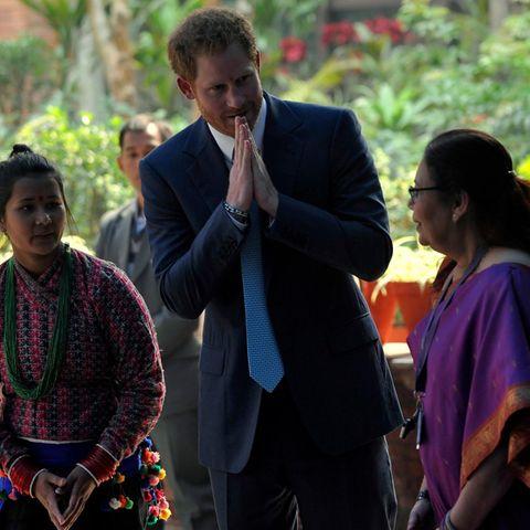 """In Kathmandu eröffnet Harry die """"Nepal Girls Summit"""", ein nationales Treffen, das sich für die Rechte von Mädchen stark macht. """"Es dürfen nicht nur Frauen sein, die sich für Mädchen einsetzen"""", sagt der Prinz in seiner Rede."""