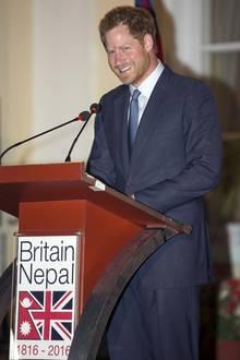 """Der offizielle Teil seiner Reise ist am 23. März beendet. Doch Prinz Harry hat sein Herz an Nepal verloren und hängt noch sechs Tage dran. """"Die Menschen, die ich getroffen habe und die Schönheit des Landes machen es schwer, wieder zu gehen."""" In den kommenden Tagen wird er mit der Hilfsorganisation """"Team Rubikon UK"""" in einem Dorf eine vom Erdbeben zerstörte Schule wieder aufbauen."""