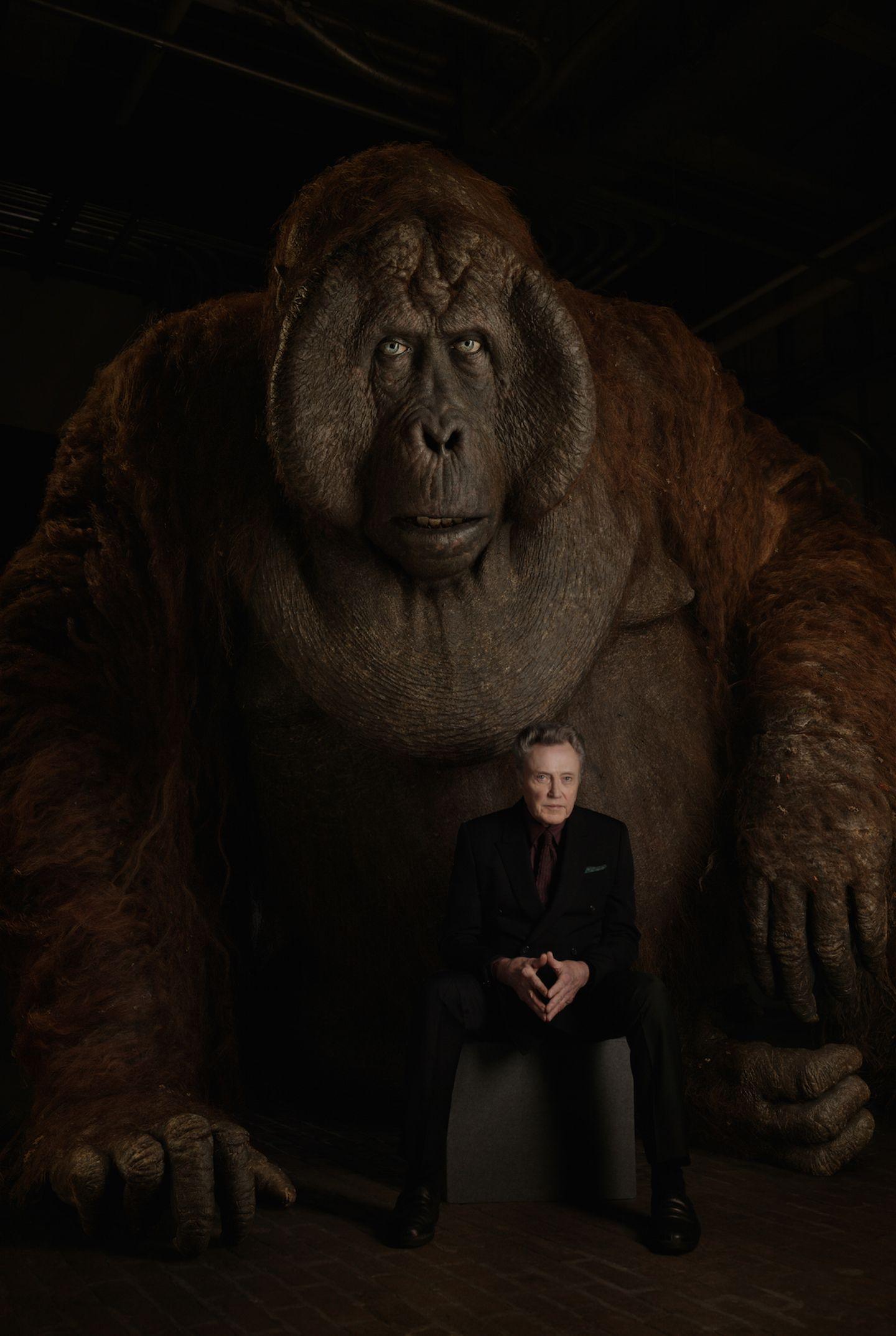 """King Louie ist ein hinterlistiger Affe, der Mogli dazu bringen will, ihm das Geheimnis der mysteriösen tödlichen roten Blume, genannt """"Feuer"""" zu verraten."""