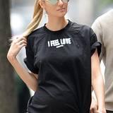 """""""I Feel Love"""" trifft auf Candice Swanepoels Gefühlswelt während ihrer Schwangerschaft höchstwahrscheinlich am Besten zu. Da passt das Statement-Shirt nur allzu gut."""