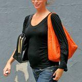 Stylische Babybäuche: 2005 ist Christy Turlington ganz lässig mit Mama-Jeans und schwarzem Longsleeve unterwegs. Zu dieser Zeit ist sie mit ihrem ersten Kind, dem Mädchen Grace, schwanger.