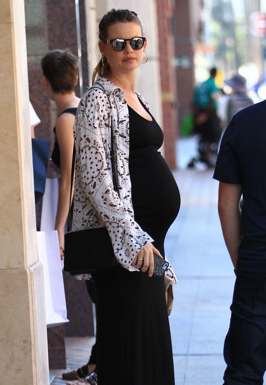 Knapp zwei Monate vor der Geburt ihres ersten Kindes trägt Model Behati Prinsloo eine ganz schöne Kugel vor sich her.