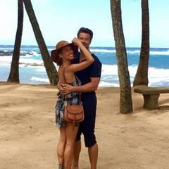 Unter Palmen kann man am besten entspannen: Das Ehepaar Annemarie und Wayne Carpendale lassen es sich auf Hawaii gut gehen.
