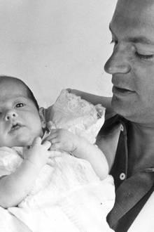 Prinz Carl Philip wird am 13. Mai 1979 geboren. Sein Geburtstermin wurde für Anfang Juni berechnet, sodass der kleine Prinz alle überraschte, als er sich schon Mitte Mai ankündigte.