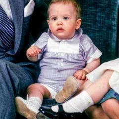 Herzlichen Glückwunsch zum ersten Geburtstag, kleiner Prinz! Ende April 1980 werden schon die Geburtstagsfotos des Königssohnes geschossen, der aber erst am 13. Mai feiert.