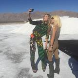 Donatella Versace liebt die Mode - selbstverständlich ist das auch Thema auf ihrem ersten instagram-Motiv: Sie postet ein Bild von sich mit einem Model - offensichtlich bei einem Shoot im Eis.