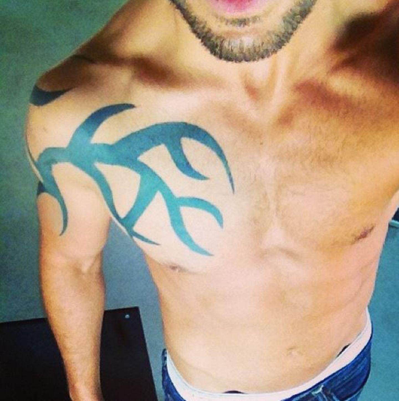 """Elyas M'Barek zeigt lieber seinen Körper und offenbart ein Fake-Tattoo, das er sich für """"Fack ju Göhte"""" zugelegt hat."""