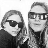 """Auf dem Instagram-Account der Parfümeriekette Sephora geben die Olsen-Zwillinge Ashley und Mary Kate am 13. April 2016 ihr Selfie-Debüt. Die Bildunterschrift lautet passend: """"First public selfie ever""""."""