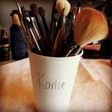 I'm a model - you know what I mean? Karlie Kloss postet diesen Becher voll Utensilien.