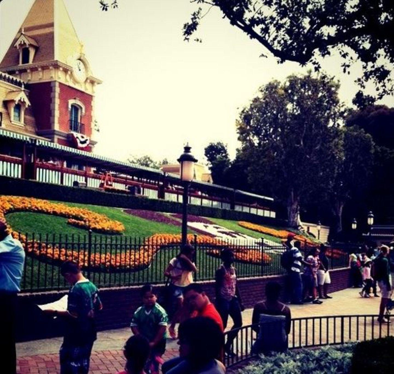 Mit einem Motiv von Disneyland geht Kendall Jenner an den Start. Irgendwie trifft es das ja auch ganz gut, oder?